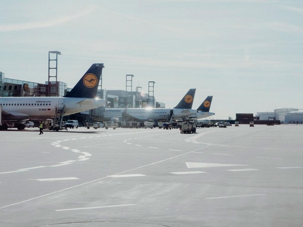 Flugzeuge aufgereiht am Flughafen