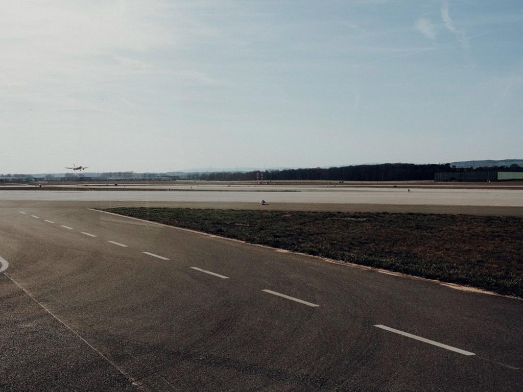 Startendes Flugzeug auf der Rollbahn